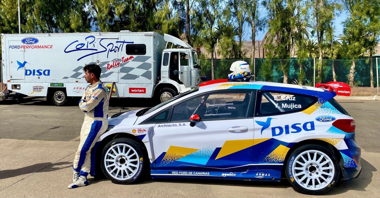 Enrique Cruz junto a su Ford Fiesta Rally2
