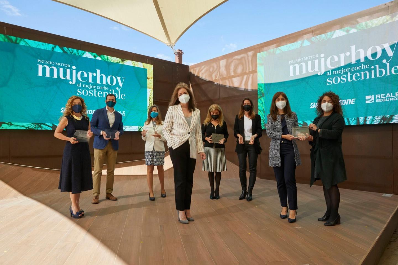 El-CUPRA-Formentor-e-HYBRID-recibe-el-premio-Mujer-Hoy_01_HQ
