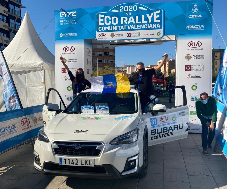 Javier Robledano-Sánchez celebran su título tras Eco Rally CV