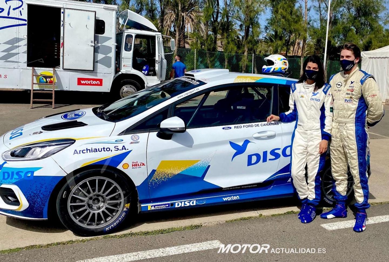 Arminda Falcón y Raúl Capdevila junto al Ford Fiesta Rally4